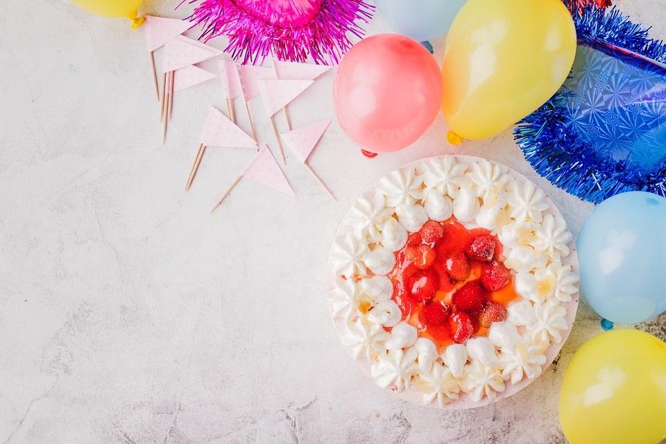 cake with birthday decors around for happy birthday sister