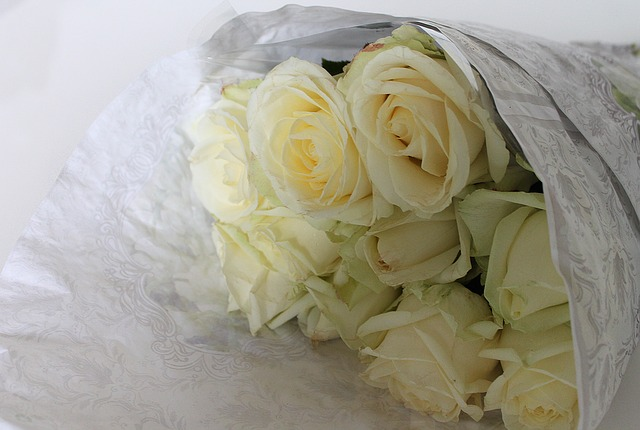 roses-wrapping-white-flowers